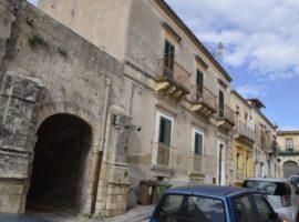 Noto, Via Saffi - Palazzo indipendente in Centro Storico